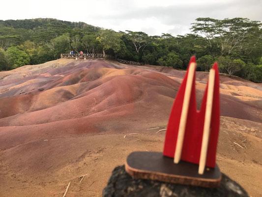 Mauritius, Siebenfarbige Erde. Ein festgepapptes Basaltgestein, das durch verschiedene Mineralien in verschiedenen Farben leuchtet. (Stevie & Angie)
