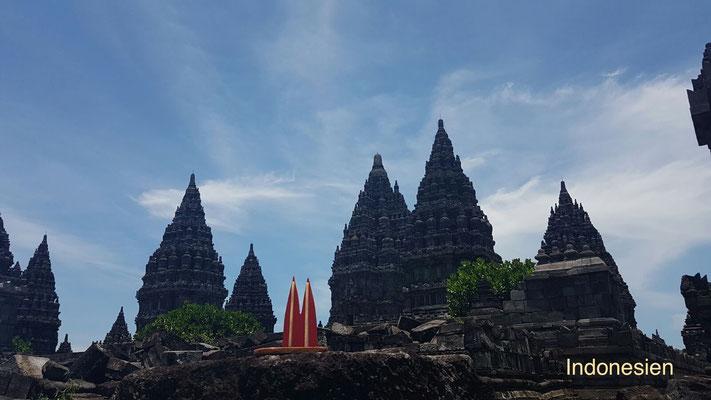 Indonesien, Java: Tempelanlage Prambanan bei Yogyakarta, größte hinduistische Tempelanlage Indonesiens und Weltkulturerbe. Dom2go kein Problem. Aus Respekt sollte man die Schuhe ausziehen. (Nina)