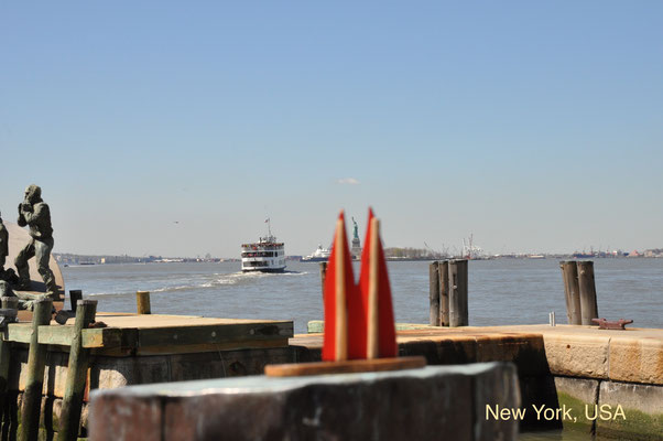 USA: New York, Manhattan, Battery Park, Pier A. Die Anlegestelle der Touristenfähre zur Lady Liberty. Schlange: Mehrere hundert Meter. Dann genießt man den Blick auf die Freiheitsstatue (Weltkulturerbe) doch lieber von hier. (JoSi)