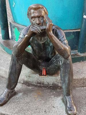 """Berlin, Kreuzberg. Ludmila Seefried-Mateykova hat überall in Berlin ihre Bronzestatuen verteilt. Realitätsnahe Abbildungen von Musikern, Bettlern, Punks. Dies ist der BluesHarp-Spieler von der Installation """"Doppelgängeradmiral"""". (Igel)"""