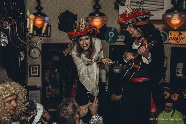 Kölle: Immer mit dabei: Der kleine rude Dom! Auch auf den Karnevalshüten von Nina und Silke - hier bei Oma Kleinmann auf der Theke. Hier gibt's mindestens zwei sehr geile Sachen: Echten Karneval und sensationelle Schnitzel! (Foto: Domrauschen)