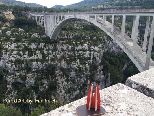 Frankreich, Haute Provence: Pont d'Artuby. Ein Nebenarm des Verdon und im Sommer trocken. In der Hauptsaison gibt's dort einen Bungee-Sprung in 180 Meter Tiefe. Nix für schwache Nerven, denn die Betreiber wirken manchmal - äh - etwas sorglos. (JoSi)