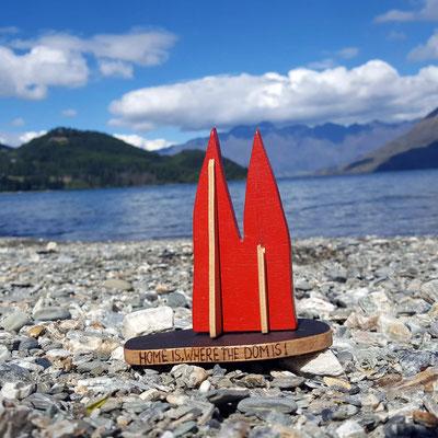 """Neuseeland, Queenstown, Lake Wakatipu, im Hintergrund die berühmte Bergkette """"The Remarkables"""". Campingplatz """"12 Mile Delta"""". Leider kein Geheimtipp: Fergburger in Queenstown, die besten Burger aller Hemissphären.."""