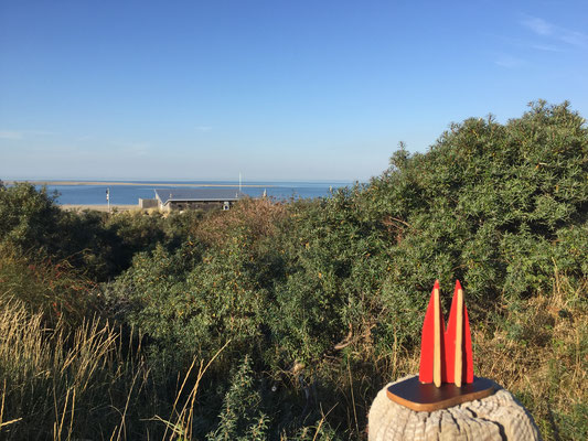 """Holland, Zeeland, Renesse. Ganz hinten ist die Sandbank mit einer großen Robben-Kolonie. Vorne am Strand ist der Pavillon """"Haven van Renesse"""" mit sensationellem Sonnenuntergang (aber nur im Sommer), tollen Gins und einer leckeren Speisekarte. (Silke)"""