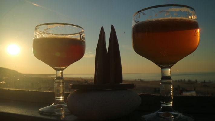 Holland, Renesse: Strandpavillon Zuid Zuid West: neben einer tollen Bierkarte auch im Herbst noch ein Sunset-Spot, während die anderen Strandbars im Schatten der Dünen liegen. (JoSi)