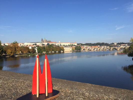"""Tschechien, Prag. Die besten und günstigen Hotels auf der """"Kleinseite"""", hinter der Karlsbrücke (im hinteren Bildteil) unterhalb des Prager Doms. Nicht von Touristenmassen erschrecken lassen. Man kann ihnen in den Seitenstraßen gut ausweichen. (JoSi)"""