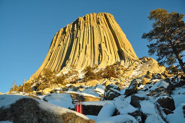 Wyoming, USA, der Devil's Tower ist ein indianisches Heiligtum und Kletter-El Dorado. Die Säulen sollen Kratzspuren riesiger Tatzen sein - ein Bär hat nach einer indianischen Legende ein Mädchen dort hochgejagt. (Silke)