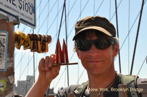 USA: New York, Brooklyn Bridge. Es gibt sicher Tage, an denen es ok ist, dort mit dem Fahrrad rüber zu fahren. Es gibt nämlich eine Radspur. Die wird aber von den Touristenmassen weitestgehend ignoriert. Hier hilft nur Geduld. (JoSi)