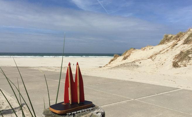 Holland, Terschelling: Insel im Wattenmeer, wunderschön, 70 km Radwege und ein 30 km langer Sandstrand, der zT 500 Meter breit ist. Also Kitebuggy-kompatibel. Hier ein Bild vom Strand West aan Zee, da gibt's auch eine herrliche Strandbar. (JoSi)