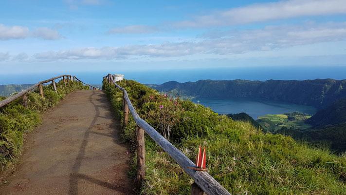Azoren, Sao Miguel, Sete Cidades: Die riesige Caldera ist vor 22.000 Jahren entstanden, darin die beiden Seen Lagoa Azul und Lagoa Verde. Sao Miguel ist die größte der Azoreninseln und ein Paradies für Wanderer mit atemberaubenden Touren. (Nina)