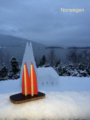 Norwegen, Hardangerfjord - Schneedom und Dom2go. Im Winter ist es vier Stunden hell. Nun ja. Tageszwielicht kann man es auch nennen, wenn die Sonne gar nicht kommen will. Dieses Foto entstand gegen 14:00. (JoSi)