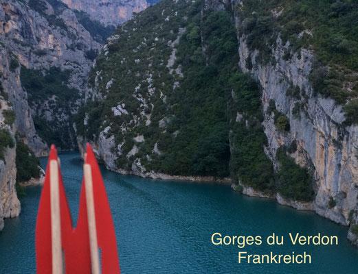 Frankreich, Provence: Blick in die Verdon-Schlucht von der Brücke zwischen Moustiers Ste. Marie und Les Salles sur Verdon. Beste Reisezeit: Nicht im Juli und August. (JoSi, Phil, StAngie uvm)