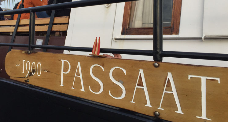 Dömchen auf der Passaat, ein Plattbodenschiff, das im Ijsselmeer und im Wattenmeer herumfährt und buchbar ist. (Silke, mit dem fast unsichtbaren Jo, der den Dom festhält)