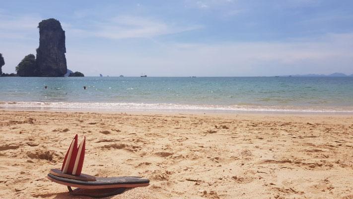 Thailand, Krabi, Ao Nang Beach. Man muss etwa 10 Minuten über einen etwas wackeligen Weg aus Holzbohlen kraxeln (auch Monkey Trail genannt), aber einmal angekommen lohnt es sich total! (Nina & Sebas)