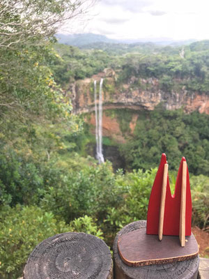 Mauritius, Chamarel Falls im Südwesten. Der Rivière de Cap stürzt hier über eine Felskante knapp 100 m in die Tiefe. Hat auf dem Foto wenig Wasser (Stevie & Angie)