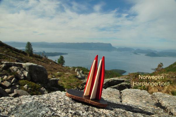 Norwegen, Hardangerfjord, Kvinnherad. Wandern in Norwegen kann bedeuten: In drei Stunden vom grünen fruchtbaren Tal in eine Region, die aussieht, als seist du in den höchsten Schweizer Alpen unterwegs. (Silke)
