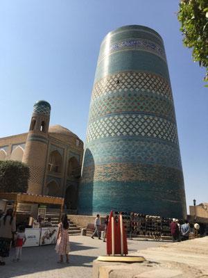 Usbekistan, Xiva: Eigentlich sollte das Kalta-Minor-Minarett das höchste der islamischen Welt werden. Doch es wurde nie vollendet. Aber auch mit 26 Metern Höhe ist der Turm ein märchenhafter Blickfang.