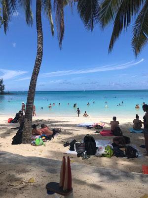 Mauritius, Pereybere, Public Beach. Im Nordwesten der Insel gelegen, voll aber entspannt. Hinter dem Strand Gastronomie und manchmal auch Live Reggae-Musik... (Stevie & Angie)