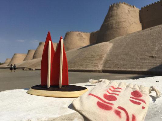 Usbekistan, Xiva: Die alte Wüstenstadt an der Seidenstraße ist WELTKULTURERBE!!! Hier sieht man die Kunya-Ark-Festung, oben auf den dicken mauern kann man spazieren gehen und hat einen tollen Blick. Danke, Gregor und Karin!
