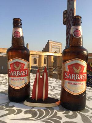 Usbekistan, Xiva (auch Khiva oder Chiva geschrieben. Oder Хива.) Für eine muslimisches Land ist der Umgang mit Alkohol in Usbekistan recht entspannt. Beliebtestes Bier ist das Sarbast Bier (aus dem Hause Carlsberg).
