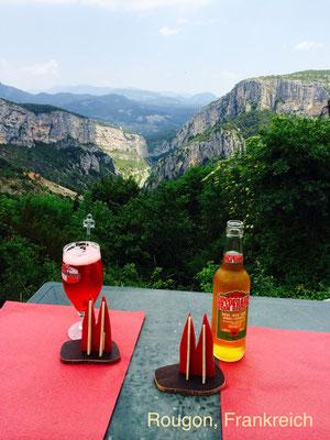 Frankreich, Haute Provence: Rougon. In diesem hoch gelegenen Dorf dürfen keine Autos fahren. Es ist wunderbar ruhig und malerisch. Sensationell ist die Creperie mit atemberaubendem Ausblick in die Schlucht. (Phil&Silke)