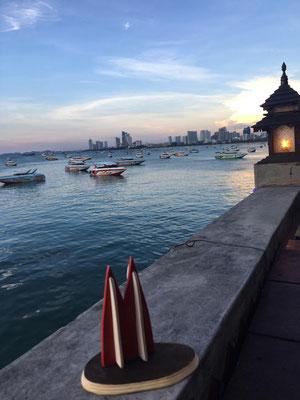 Thailand, Pattaya: Der kleine Dom genießt die Aussicht auf die grandiose Bucht im Abendlicht (Uwe)