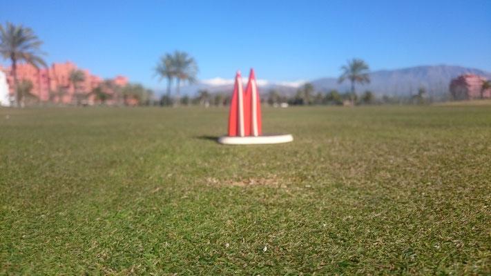 """Spanien: Auf dem 8. Grün des Golfplatzes """"Los Moriscos"""" in Motril, Provinz Granada, Andalusien, im Hintergrund die Sierra Nevada (Wolfgang)"""