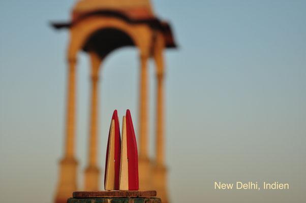 Indien: New Delhi, Pagode am India Gate, einem Denkmal für im Ersten Weltkrieg gefallene indische und britische Soldaten. Mehr als 90.000 Namen sind dort eingeritzt. (Silke)