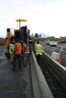 Coulage de bordure GSS2 en béton extrudé en bordures de chaussée - Le temps de travail sur la plateforme est rapide et permettra un retour au traffic normal rapidement