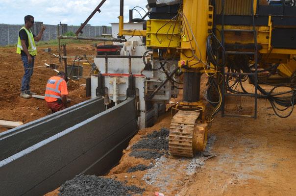 Coulage Caniveau U de 500 de large mais à hauteur variable - Asservissement automatique du coulage avec 2 fils de guidage et une connectique de gestion machine adaptée