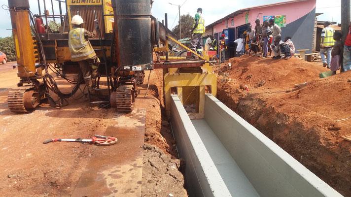 coulage d'un caniveau U en béton extrudé (Drain) - Chantier Colas/Razel en Cote d'Ivoire