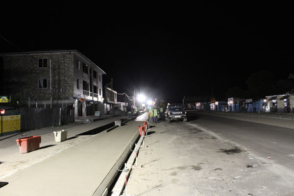 Rénovation de Trottoir en Béton Extrudé, travaux faits de Nuit - Chantier Colas au Congo