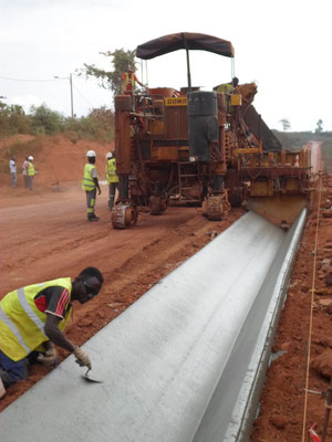 Coulage d'une Cunette en béton extrudé - Chantier Colas/Razel en Cote d'Ivoire