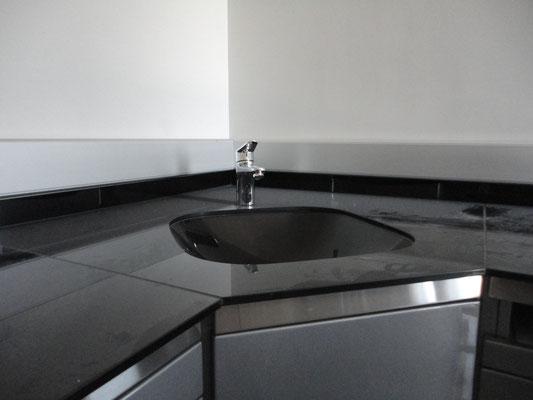 γωνιακός πάγκος με κρύσταλλο επένδυση χρώμα μαύρο τιμές για κουζίνα με τζάμι ιορδανίδης Αργυρούπολη-Ελληνικό-Γλυφάδα-Τερψιθέα-Ηλιούπολη-Άγιος Δημήτριος