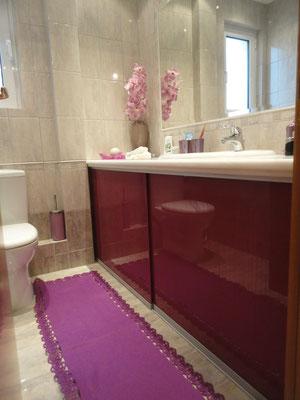 Επένδυση με κρύσταλλο extra clear για ντουλάπια μπάνιου με τζάμι, με χρώματα. Ιορδανίδης τζαμάς στο Ελληνικό