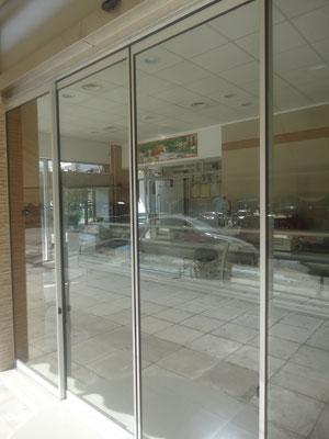 βιτρίνα καταστήματος, πόρτα συρόμενη αλεξίσφαιρη συνδεδεμένη με την κάμερα του καταστήματος ιορδανίδης Αθήνα, αργυρούπολη