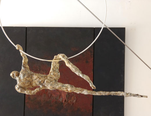 trapezin am stab (traumtänzer), Hängeskulptur, ca. 45 cm