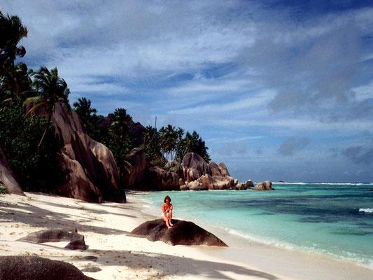 Uralte Granitfelsen und breite Strände kennzechnen die Seychellen im Indischen Ozean.