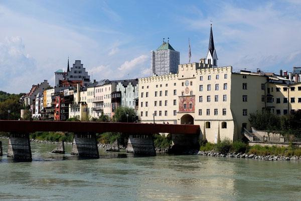 Das Bruggtor und das Schloss sind die Wahrzeichen von Wasserburg am Inn