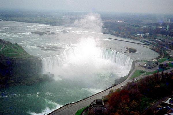 Blick vom Skylon Tower auf die Niagara Fälle