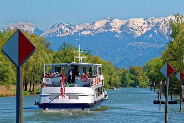 Auf dem Rheintalkanal mit Blick auf die Berge des Bregenzerwaldes