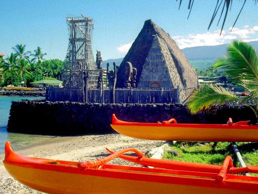 Ein Haiau (Tempel) und Auslegerboote auf Hawaii