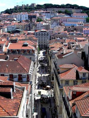 Blick vom Elevador des Santa Justa über die Baixa (Altstadt) auf das Castelo de São Jorge