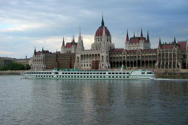 Das Parlamentsgebäude von Budapest an der Donau (Sony W12)