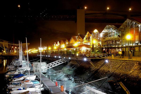 Der neue Yachthafen mit Bars und Restaurants unter der Tejo-Brücke (Brücke des 25. April)
