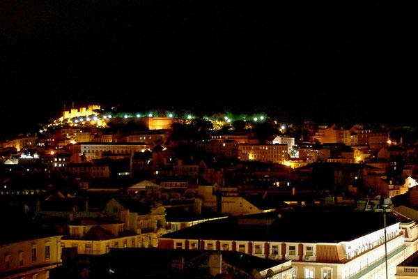 Blick über die Altstadt auf das Castelo de São Jorge, die Burg Lissabons.