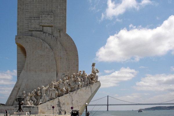 Das Seefahrer Denkmal - im HG die Tejo - Brücke des 25. April