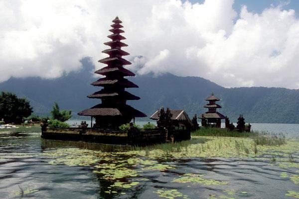 Lake Batur und der Vulkan Mount Batur in Wolken gehüllt auf Bali