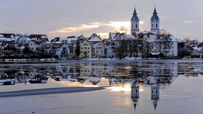 Die Silhouette von Bad Waldsee vor dem zugefrorenen Stadtsee (Lumix GM5)