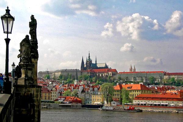 Die Prager Burg (Hradschin) von der Karlsbrücke aus gesehen